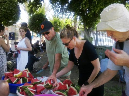 31 באוגוסט, גן לוינסקי, הכנת קינוח לארוחת צהריים לפליטים