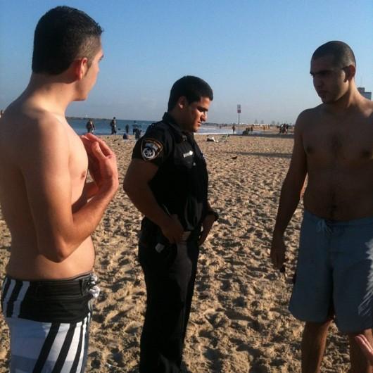 בננה ביץ', ששי ה - 24 באוגוסט 2012, שוטרים הוזמנו לגרש ערבים מהחוף