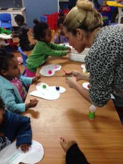 מתנדבת בפעילות עם הילדים/ות בגן מרי בדרום תל אביב