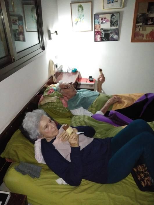 אבא - מיקי כהן ואמא - תמי כהן במיטה שלהם בני 88 ++